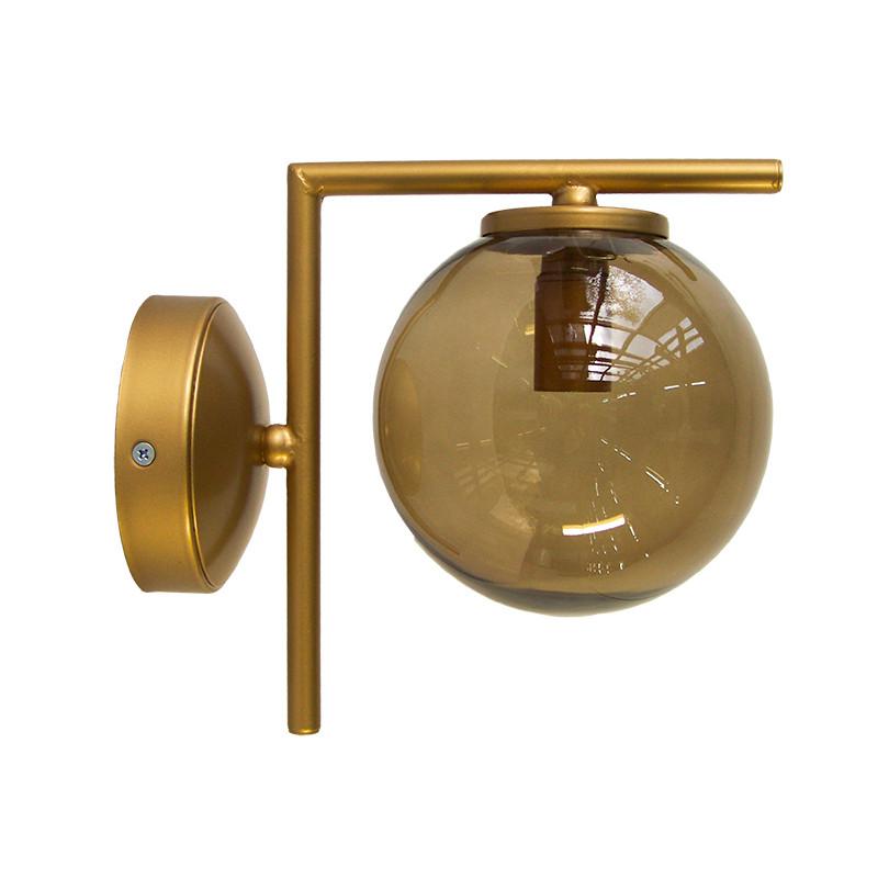 Aplique de pared, armazón metálico en acabado dorado, 1 luz, con bola de cristal Ø 14 cm en acabado fumé.