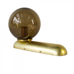 Aplique de pared, armazón de latón en acabado satinado, 1 luz, con bola de cristal Ø 14 cm en acabado fumé.