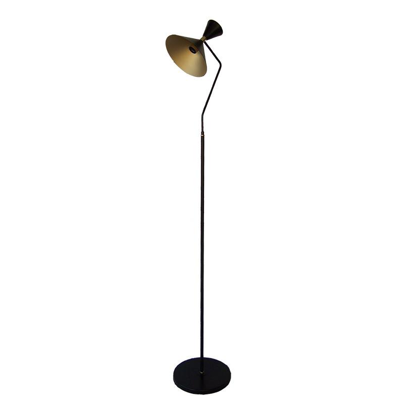 Lámpara Pie de Salón, armazón metálico en acabado negro, 1 luz, con difusor metálico en acabado negro exterior