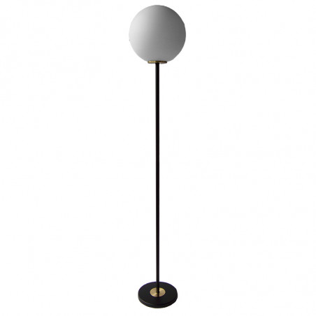 Lámpara Pie de Salón, armazón metálico en acabado negro con elementos de latón, 1 luz, con difusor en bola Ø 30 cm.