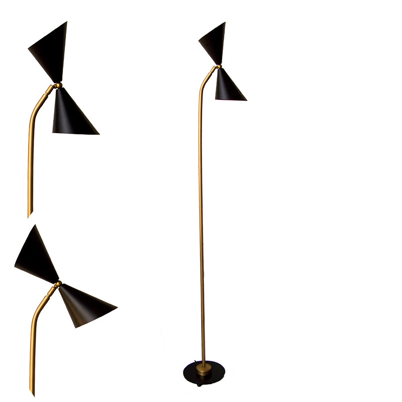 Lámpara Pie de Salón, estructura metálica en acabado negro, con elementos en acabado dorado, 2 luces, con pantalla metálica.