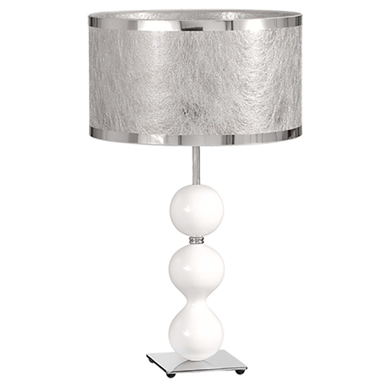 Lámpara de sobremesa, en acabado cromo con bolas de madera lacadas en blanco, con pantalla cilíndrica, en tela acabado Basari.