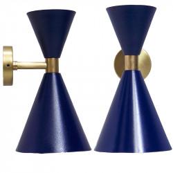 Aplique de pared, armazón de latón en acabado satinado, 2 luces, con difusores metálicos en acabado azul exterior